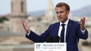 Emmanuel Macron présente le vaste plan de soutien à Marseille, le 2 septembre 2021. (GUILLAUME HORCAJUELO / AFP)
