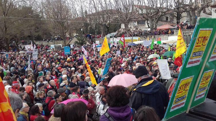 (Les opposants demandent une nouvelle loi pour interdire définitivement toute recherche ou exploitation du gaz de schiste en France © France Bleu Drôme Ardèche / Radio France)