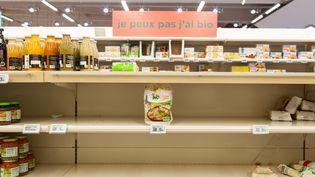 Un rayon en rupture de stock dans un supermarché de Montauban (Tarn-et-Garonne) à cause de l'épidémie de Covid-19, le 13 mars 2020. (PATRICIA HUCHOT-BOISSIER / HANS LUCAS / AFP)