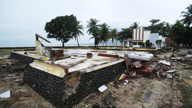 Sur place, les secouristes sont à pied d'œuvre pour retrouver les dizaines de disparus et pour prendre en charge le millier de blessés. (SONNY TUMBELAKA / AFP)