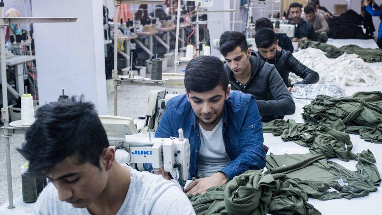 Un atelier de coutureoù travaillent des réfugiés syriens, en décembre 2015, à Istanbul, en Turquie. (YANN RENOULT / WOSTOK PRESS / MAXPPP)