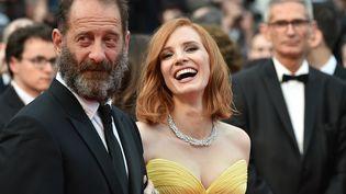 Vincent Lindon et Jessica Chastain sur le tapis rouge du festival de Cannes (Alpes-Maritimes), le 11 mai 2016. (ALBERTO PIZZOLI / AFP)