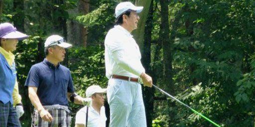 Le Premier ministre japonais, Shinzo Abe, en train de jouer au golf pendant ses vacances à Narusawa (centre du pays) (AFP - Jiji Press)