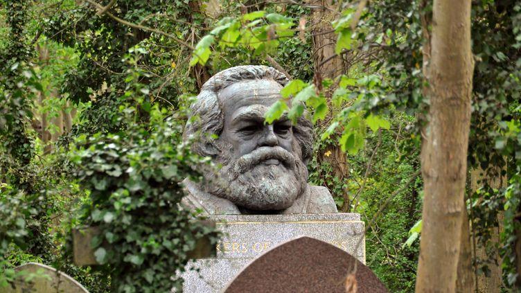 La tombe de Karl Marx, au cimetière de Highgate à Londres (Royaume-Uni), en avril 2011. (CORDULA DONHAUSER / DPA / AFP)