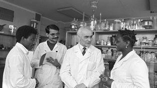 Le professeur russe Beryozov,à Moscou en 1986, en compagnie d'étudiants en médecine originaires du Congo et de l'Inde. L'université d'amitié entre les peuples, plus connue sous le nom d'Université Patrice Lumumba, du nom du héros indépendantiste congolais assassiné, a formé depuis les années 1960 des milliers d'étudiants africains. (V. AKIMOV / SPUTNIK)