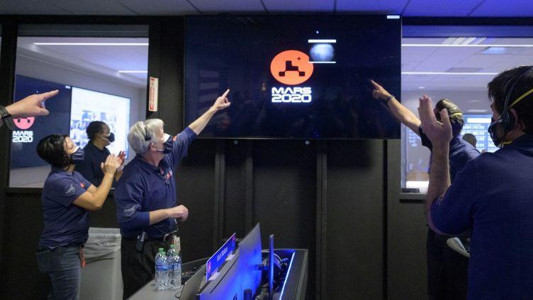 Des membres de l'équipe Perseverance de la Nasa observent l'arrivée des premières images quelques instants après l'atterrissage réussi du vaisseau spatial sur Mars, le 18 février 2021, au Jet Propulsion Laboratory de la Nasa à Pasadena, en Californie. (BILL INGALLS / NASA)