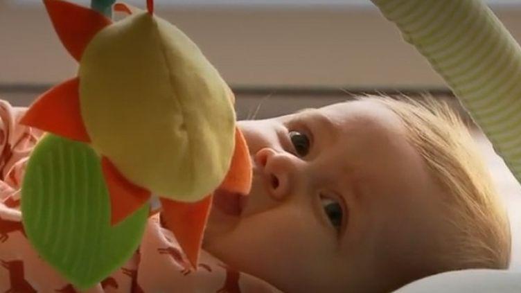 Incroyable élan de solidarité pour sauver une Belge de neuf mois, qui souffre d'une maladie rare. Ce bébé a besoin du médicament le plus cher du monde. Ses parents ont réussi à le financer grâce à la générosité de centaines de milliers de personnes. (France 2)