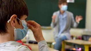 Un élève porte un masque dans sa classe, à Saint-Etienne, le 2 novembre 2020. (PHILIPPE VACHER / MAXPPP)