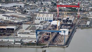 Vue aérienne des chantiers navals de Saint-Nazaire, en décembre 2014. (JEAN-SEBASTIEN EVRARD / AFP)