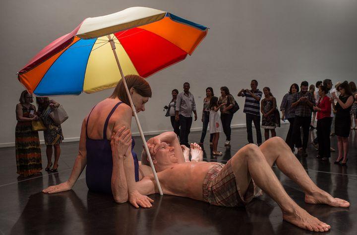 """""""Couple under umbrella"""" (couple sous le parasol), de Ron Mueck, au MAM de Rio (19 mars 2014)  (Yasuyoshi Chiba / AFP)"""