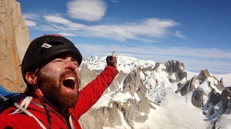Sean Villanueva O' Driscoll, au sommet de l'une des sept aiguilles du Fitz Roy dans les Andes. (CAPTURE D'ECRAN INSTAGRAM)