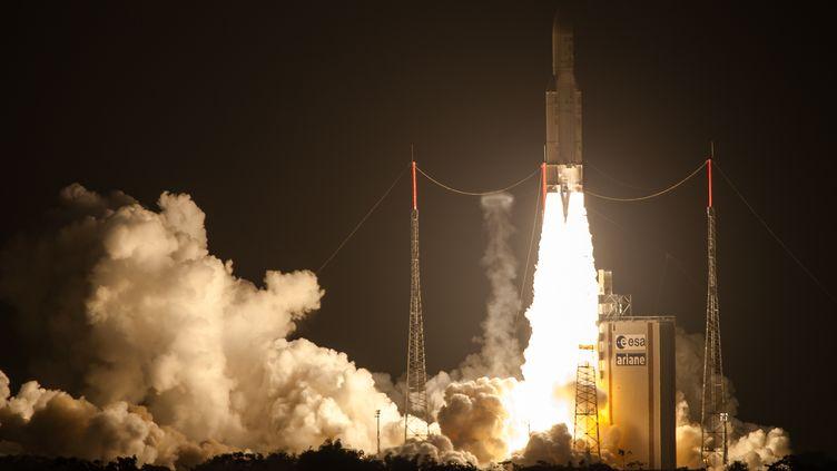 Ariane 5 décolle avec à son bord le cargo ATV4, à Kourou (Guyane), le 5 juin 2013. (JODY AMIET / AFP)