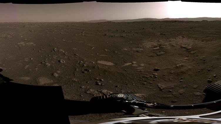 Image prise par les caméras du rover Perseverance à la surface de Mars, dévoilée par la Nasa le 22 février 2021. (NASA)