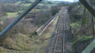 À quoi ressemblera la nouvelle carte ferroviaire ? Comment sauver les petites lignes en utilisant des trains plus légers et plus écologiques ? Le gouvernement réunira lundi 9 mars les principaux acteurs ferroviaires au ministère des Transports. (France 2)