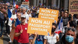 Des personnes manifestent contre l'extension du pass sanitaire, à Paris, le 31 juillet 2021. (GEORGES GONON-GUILLERMAS / HANS LUCAS / AFP)
