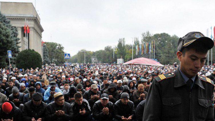 Des musulmans khirghizes en prière au premier jour de l'Aïd el-Kebir (Kurban Baïram en Russie), à Bichkek, la capitale kirghize, le 4 octobre 2014.          (AFP / Vyacheslav Oseledko)