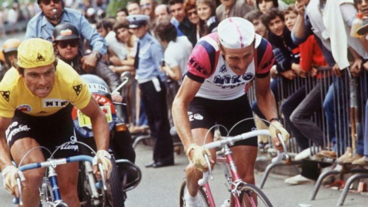 Bernard Hinault (maillot jaune) et Joop Zoetemelk sur le Tour de France 1979 (AFP)