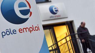 Un homme quitte une agence de Pôle emploi, à Nantes (Loire-Atlantique), le 15 janvier 2018. (LOIC VENANCE / AFP)