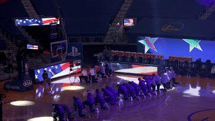 Les joueurs des Golden State Warrios s'agenouillent durant l'hymne national, le 6 janvier 2021, avant un match de NBA contre les LA Clippers à San Francisco (Californie, Etats-Unis). (EZRA SHAW / GETTY IMAGES NORTH AMERICA / AFP)