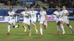 Les joueuses de l'OL célèbrent leur victoire contre le PSG à Auxerre le 9 août 2020 (JUAN SOLIZ / DPPI via AFP)