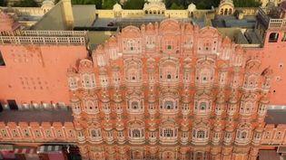 Le 13h de France 2 vous emmène à la découverte de Jaipur,la perle rose de l'Inde. Réputée pour son palais des vents, ses pierres précieuses et l'effervescence de ses rues, lacapitale du Rajasthan attire de nombreux touristes. (CAPTURE ECRAN FRANCE 2)