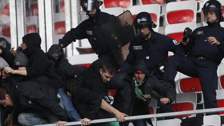 Des supporters face aux forces de l'ordre (VALERY HACHE / AFP)