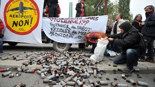 Les militants opposés au projet d'aéroport de Notre-Dame-des-Landes (Loire-Atlantique) exposent les munitions utilisées par les forces de l'ordre à leur encontre, le 20 octobre 2012 à Nantes. (FRANK PERRY / AFP)