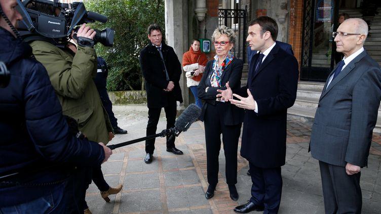 Emmanuel Macron fait une déclaration à la presse à la sortie d'un bureau de vote du Touquet (Pas-de-Calais), dimanche 15 mars 2020. (PASCAL ROSSIGNOL / POOL / AFP)