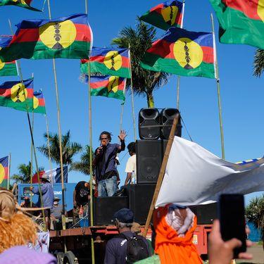 Des militants indépendantistes kanaks, le 21 août 2020, lors d'une mobilisation contre le projet de ventede l'usine de nickel du Brésilien Vale, à Nouméa, en Nouvelle-Calédonie. (THEO ROUBY / HANS LUCAS / AFP)