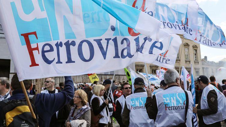 Des manifestants avec des drapeaux de l'Unsa ferroviaire à Paris, le 3 mai 2018. (JACQUES DEMARTHON / AFP)