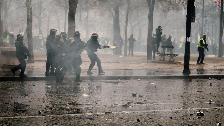 Des CRS tirent une grenade de gaz lacrymogène, le 12 janvier 2019, à Paris. (MARTIN NODA / HANS LUCAS / AFP)