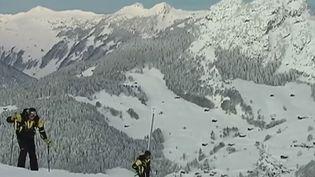 Des pisteurs déclenchant des avalanches préventives au Grand-Bornand (Haute-Savoie), le 30 janvier 2015. ( FRANCE 2)