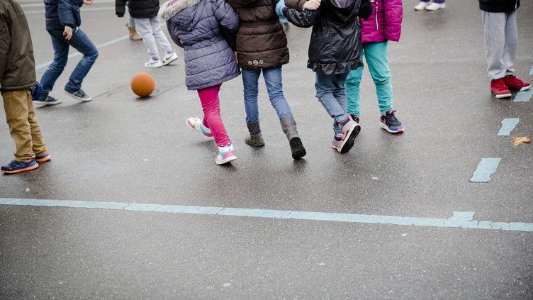 Des enfants dans la cour de récréation d'une école deBondy, en Seine-Saint-Denis (MARLENE AWAAD / MAXPPP)