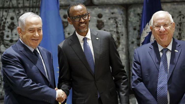Le président rwandais, Paul Kagamé, reçu par le Premier ministre israélien, Benjamin Netanyanu, et le président Reuven Rivlin à la résidence de ce dernier à Jérusalem, le 10 juillet 2017. (THOMAS COEX/AFP)
