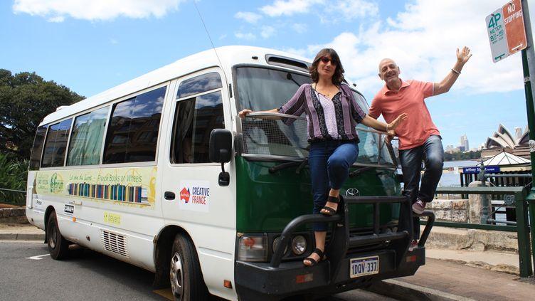 """Jacques et Anne à bord du van du livre à Sydney """"On part avec 1 000 livres et on se ravitaille en chemin"""" (LE VAN DU LIVRE)"""
