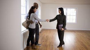 Il ne suffit plus de se serrer la main pour conclure une vente immobilière. (GETTY IMAGES)