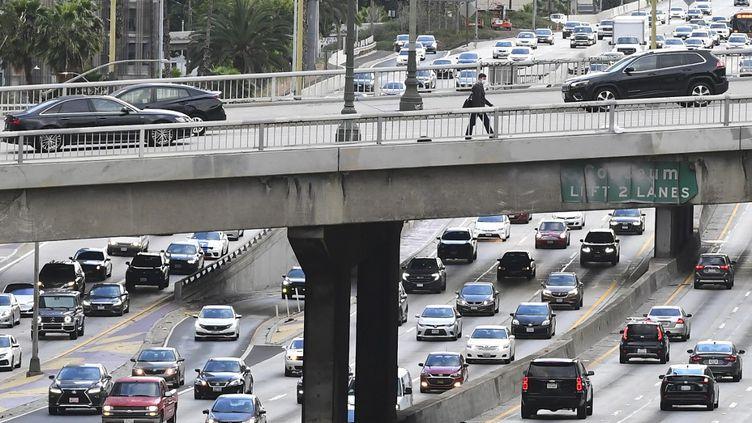 Une route traversant la ville de Los Angeles, en Californie (Etats-Unis), le 26 avril 2021. (FREDERIC J. BROWN / AFP)