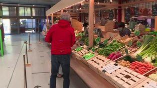Faire ses courses au marché est désormais de nouveau possible. Beaucoup avaient dû fermer durant le confinement. Peu à peu, ils rouvrent ; exemple au marché couvert de Colmar (Haut-Rhin). (France 3)