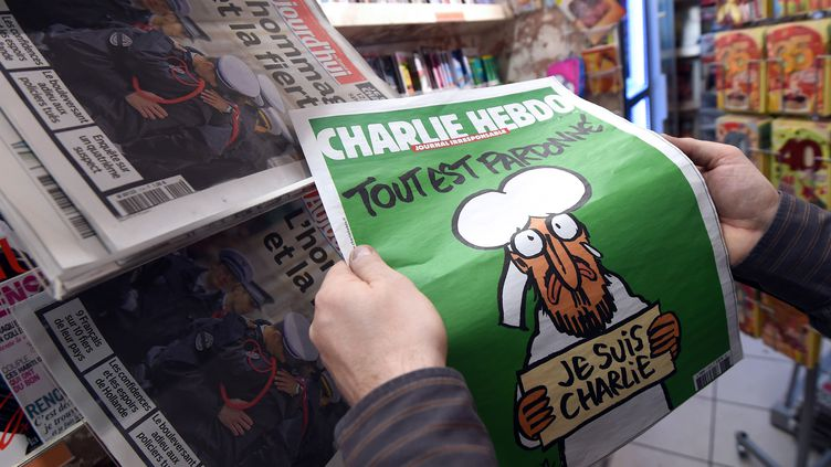 """La une du nouveau numéro de """"Charlie Hebdo"""", publié mercredi 14 janvier 2015, devant un kiosque de Montpellier (Hérault). (PASCAL GUYOT / AFP)"""