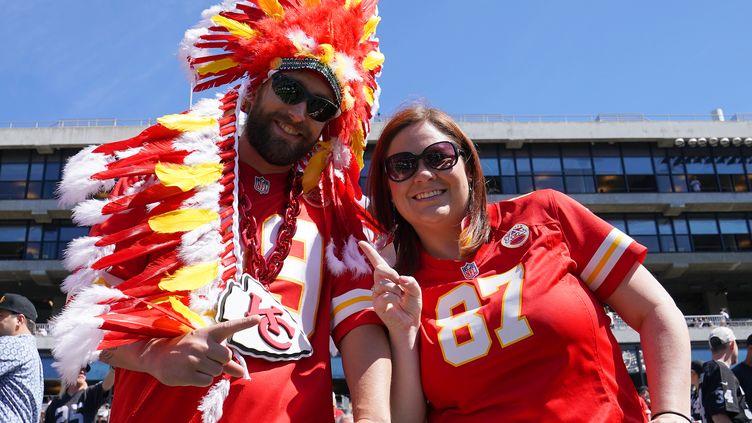Les supporters des Kansas City Chiefs avec la traditionnelle coiffe indienne (THEARON W. HENDERSON / GETTY IMAGES NORTH AMERICA)