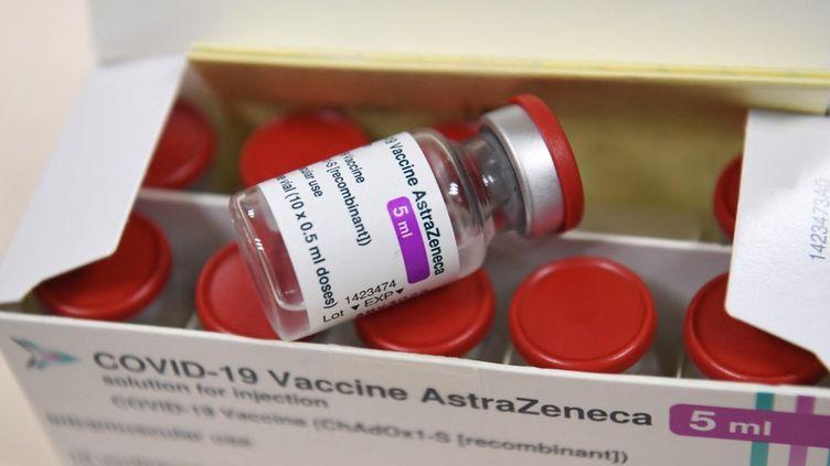 Un flacon du vaccin contre le Covid-19 d'AstraZeneca, le 6 février 2021 à Suresnes (Hauts-de-Seine). (ALAIN JOCARD / AFP)