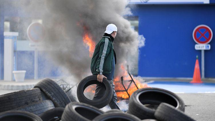 Un employé devant le site Michelin de la Roche-sur-Yon, le 10 octobre 2019 (photo d'illustration). (LOIC VENANCE / AFP)