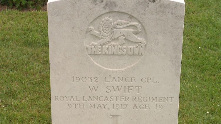 La tombe du soldat William Swift au cimetière militaire deTilloy-Lès-Mofflaines (Pas-de-Calais). (CAPTURE D'ÉCRAN FRANCE 3 / S. BRUHIER)