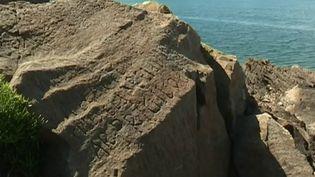 Lundi 24 février, une pierre très mystérieuse a livré ses secrets vieux de près de trois siècles : le rocher de Plougastel (Finistère). (France 2)