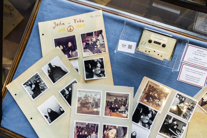 Des photos et une cassette issues de la rencontre en 1970 de lycéens danois et de John Lennon. Aux enchères à Copenhage. (IDA MARIE ODGAARD / EPA / NEWSCOM / MAXPPP)