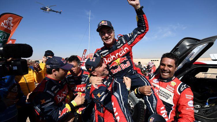 Carlos Sainz célèbre sa victoire àQiddiya, en Arabie saoudite, le 17 janvier 2020. (FRANCK FIFE / AFP)