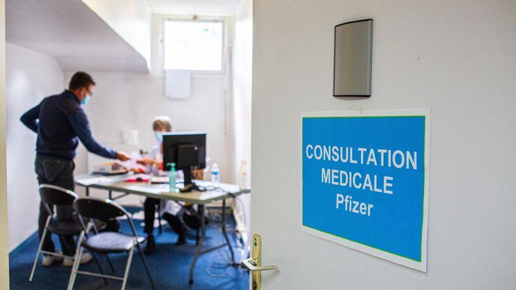 Une consultation médicale à Bordeaux le 19 mai 2021. (BURGER / PHANIE / AFP)