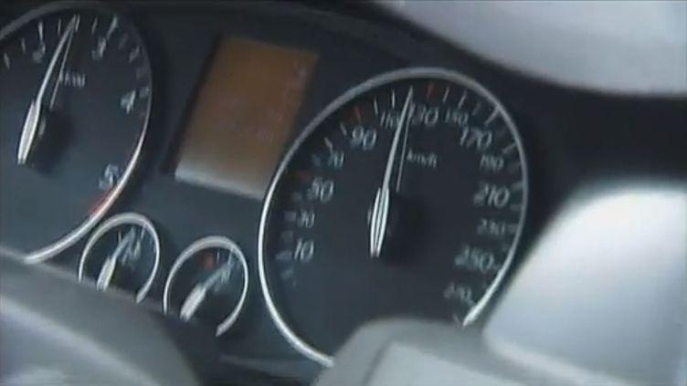 Une caméra installée à l'intérieur de l'habitacle permettait au jeune homme de filmer son compteur de vitesse. ( FRANCE 2)