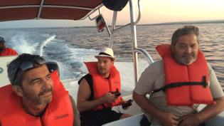 Pierre Malinowski, ici au centre, à bord d'une des vedettes qui ont permis aux deux pilotes, Bruno Odos (à gauche) et Pascal Fauret (à droite), de s'évader de République dominicaine. (DR)