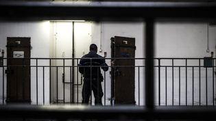 Un surveillant pénitentiaire, à la prison de Fresnes, le 17 octobre 2018. (PHILIPPE LOPEZ / AFP)